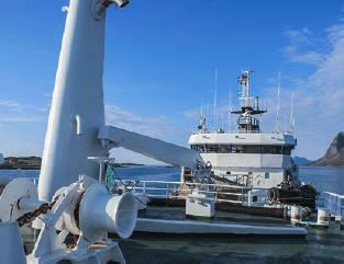 Nettoyage réservoir d'huile hydraulique sur un bateau